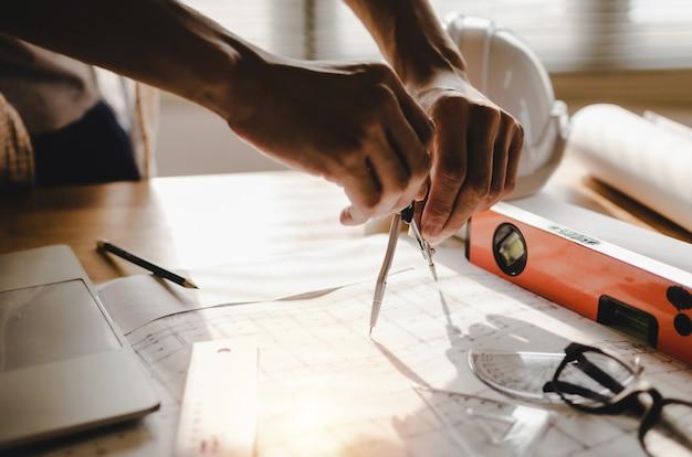 Arquitecto profesional, ingeniero o dibujo interior de manos. Foto Premium