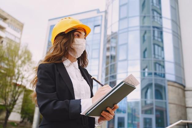 Arquitecto de sexo femenino con el sitio de construcción en el Foto gratis