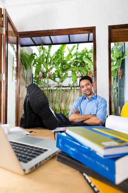 Arquitecto trabajando en casa Foto Premium