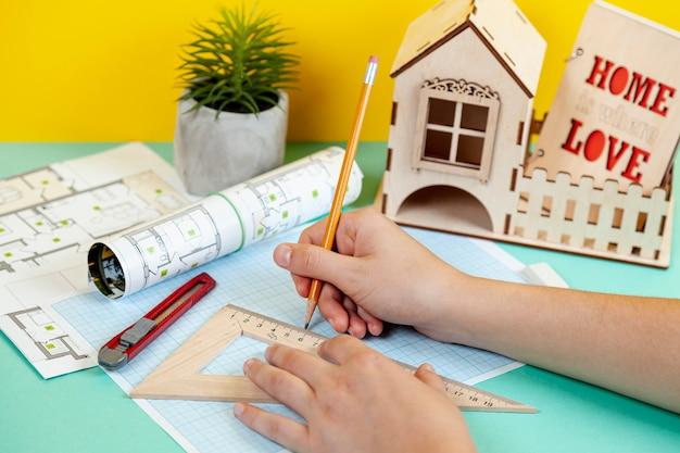 Arquitecto trabajando en proyecto de construcción Foto gratis