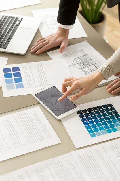 Arquitectos colegas trabajando juntos en proyecto. Foto gratis