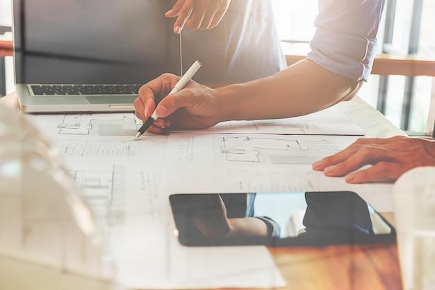 Arquitectos ingeniero discutiendo en la mesa con blueprint arquitectos ingeniero discutiendo en la mesa con blueprint foto premium malvernweather Image collections