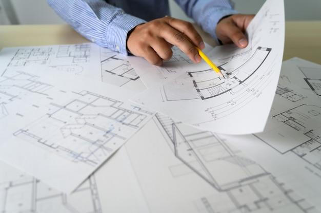 Arquitectos que trabajan en el interior del portátil arquitecto en el lugar de trabajo construcción concepto herramientas Foto Premium