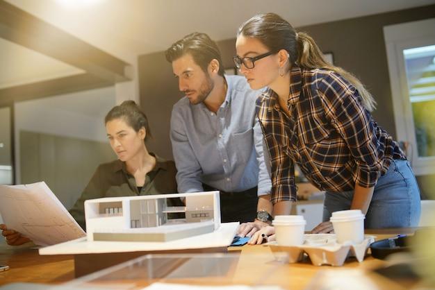 Arquitectos revisando proyecto para vivienda moderna. Foto Premium