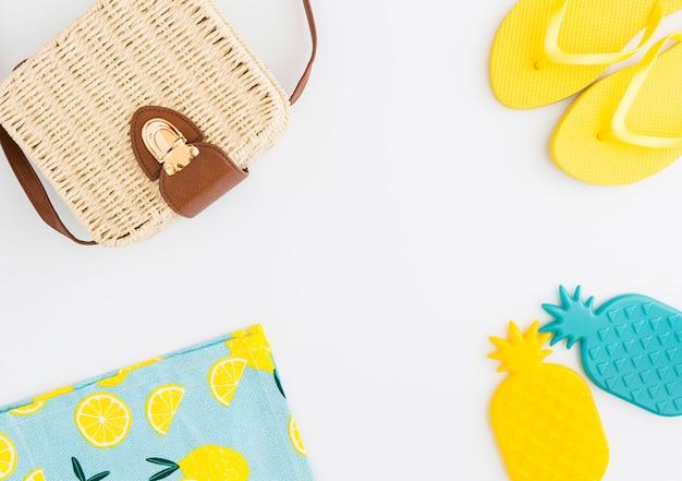 Arreglo de accesorios de verano para vacaciones en la playa. Foto gratis