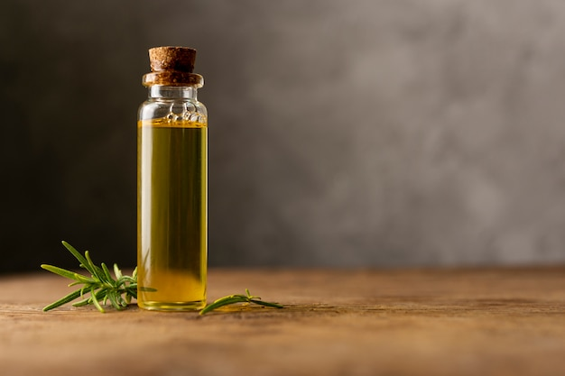Arreglo con aceite de spa en mesa de madera Foto gratis