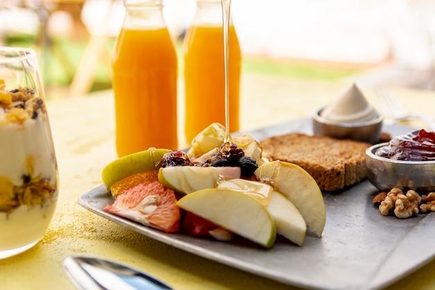 Arreglo con alimentos y bebidas saludables. Foto gratis