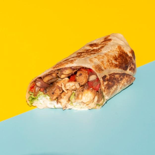 Arreglo de alto ángulo con deliciosa comida mexicana Foto gratis