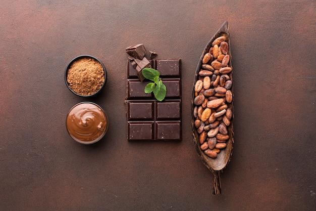 Arreglo de barra de chocolate en plano Foto gratis