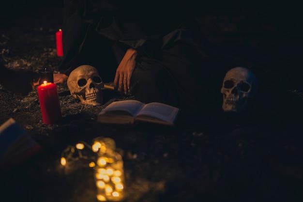 Arreglo de brujería con velas en la oscuridad Foto gratis