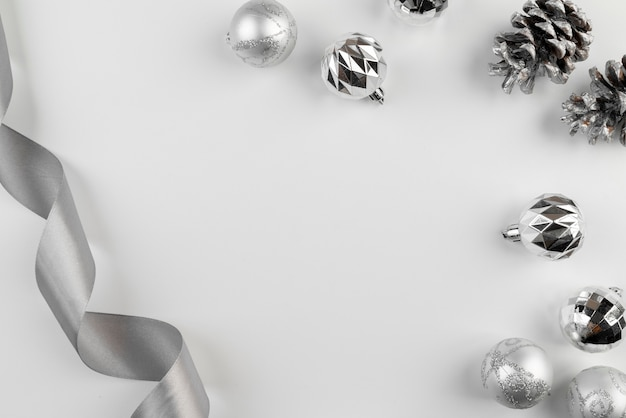 Arreglo de cinta de plata y bolas de navidad Foto gratis