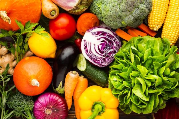Arreglo colorido de deliciosas verduras Foto gratis