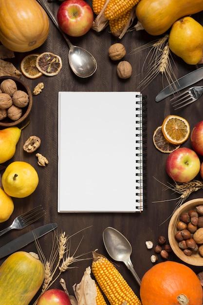 Arreglo de comida de vista superior con cuaderno Foto gratis