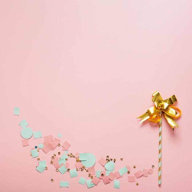 Arreglo de flor abstracta de cinta y paja Foto gratis