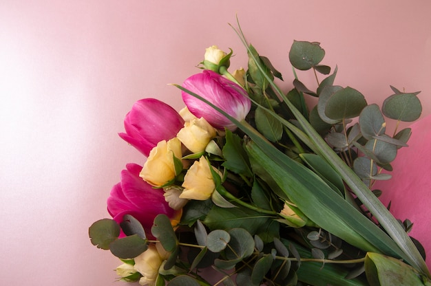 Arreglo Floral Plano Con Rosas Y Tulipanes En Una Vista