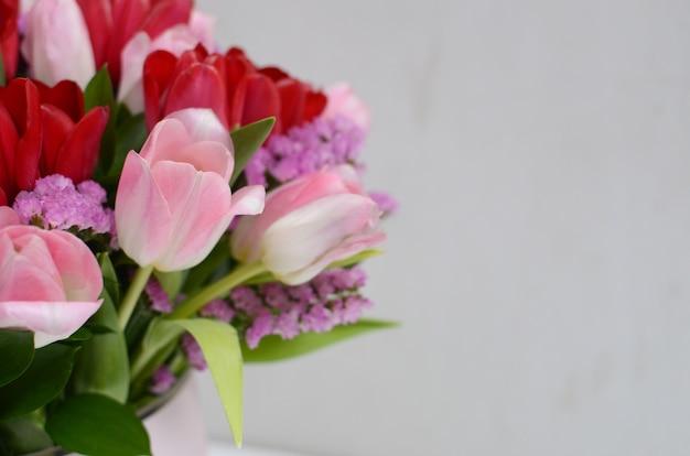 Arreglo Floral Del Tulipán Rosado En El Fondo Blanco