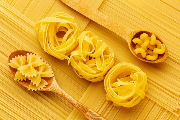 Arreglo geométrico de espagueti crudo con tagliatelle farfalle y cellentani Foto gratis