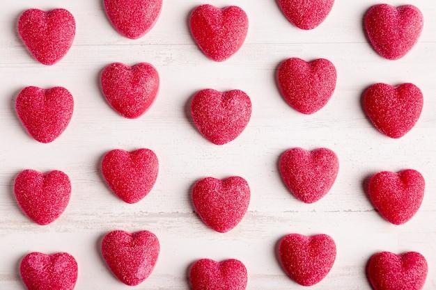 Arreglo lindo del corazón en plano Foto gratis