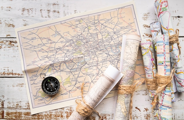 Arreglo de mapas antiguos y nuevos. Foto gratis