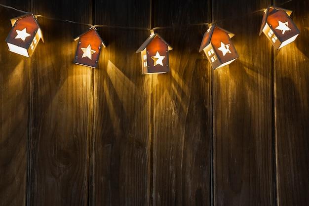 Arreglo con marco de casa iluminado y espacio de copia Foto gratis