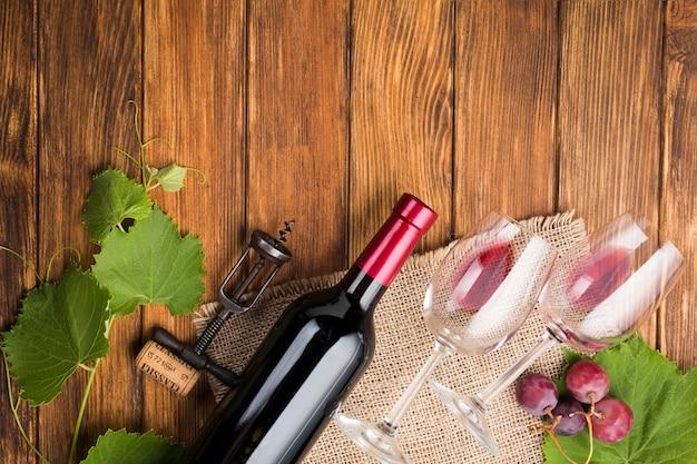 Arreglo oblicuo para vino tinto. Foto gratis