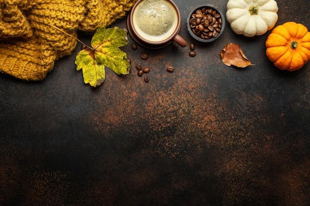 Arreglo otoñal con café y calabaza Foto Premium
