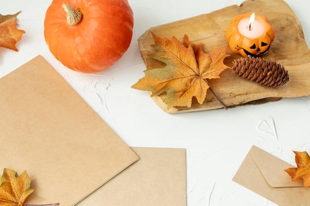 Arreglo otoñal con hojas y calabaza. Foto gratis