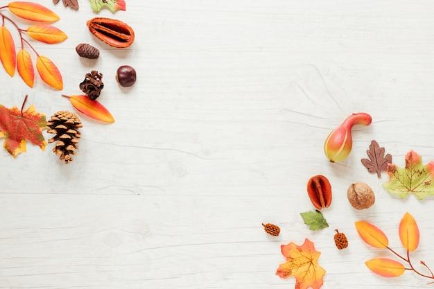 Arreglo de otoño vista superior con fondo de madera Foto gratis