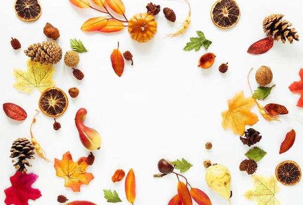 Arreglo de otoño vista superior en mesa blanca Foto gratis