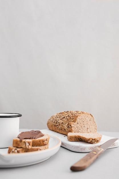 Arreglo de pan y taza Foto gratis