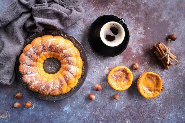 Arreglo plano con deliciosa tarta y taza de café Foto gratis