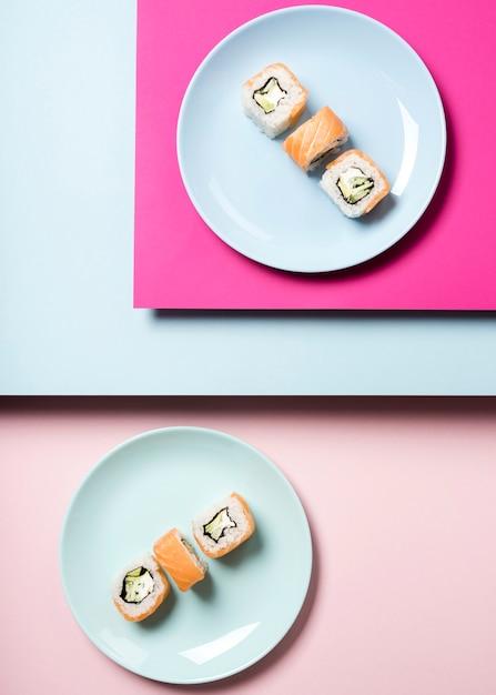 Arreglo de platos de sushi japoneses tradicionales Foto gratis