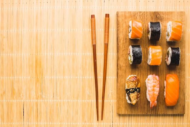 Arreglo de sushi plano con espacio de copia. Foto gratis