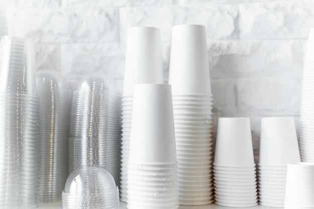 Arreglo de tazas de café desechables Foto gratis