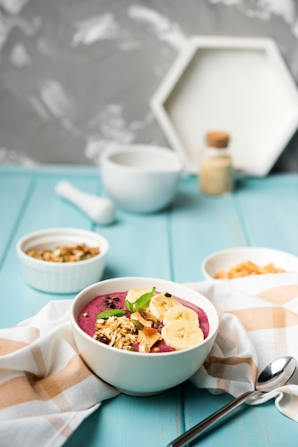 Arreglo de un tazón saludable de comida Foto gratis