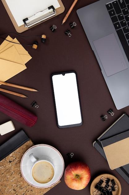 Arreglo de trabajo moderno con teléfono vacío Foto gratis