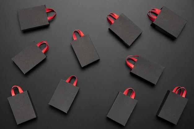Arreglo de viernes negro con bolsas de la compra. Foto gratis