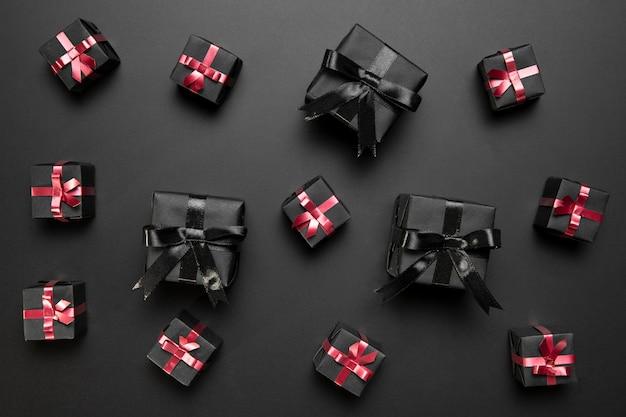 Arreglo de viernes negro con regalos negros Foto gratis