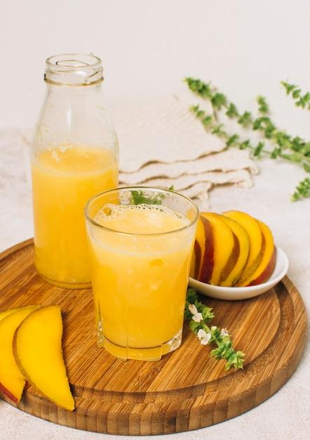 Arreglo de vista frontal con batido de mango. Foto gratis