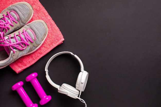 Arreglo de vista superior con artículos deportivos rosas Foto gratis