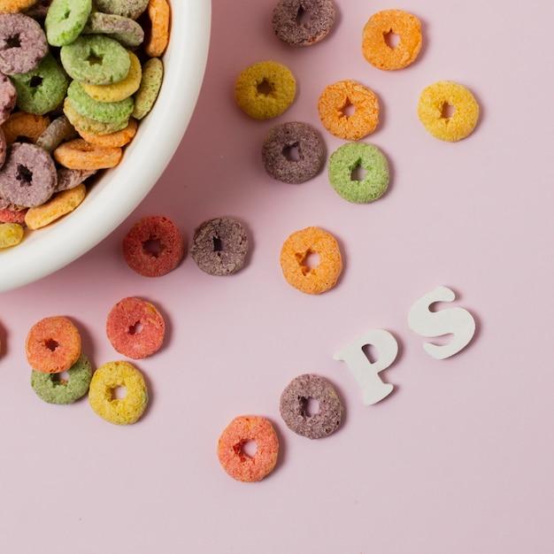 Arreglo de vista superior con coloridos cereales y letras Foto gratis