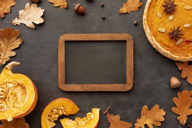 Arreglo de vista superior con comida y marco de madera Foto gratis