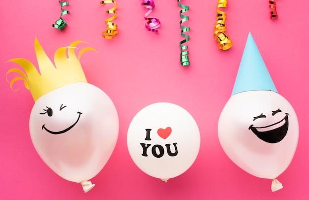 Arreglo de vista superior con confeti y globos Foto gratis