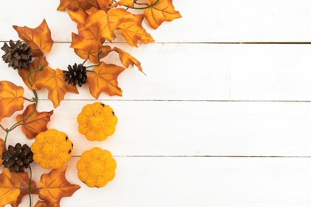 Arreglo de vista superior con hojas y conos de pino Foto gratis