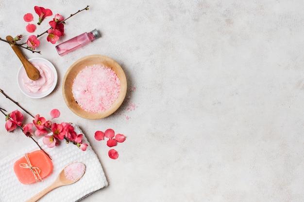 Arreglo de vista superior con productos de spa rosa Foto gratis