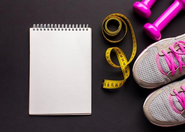 Arreglo con zapatillas y cuaderno Foto gratis
