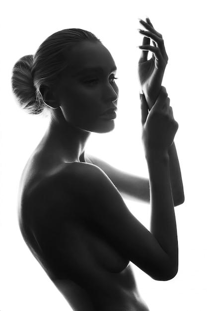 Arte elegante chica desnuda rubia erótica posando, piel limpia y lisa, mirada pensativa de una mujer Foto Premium
