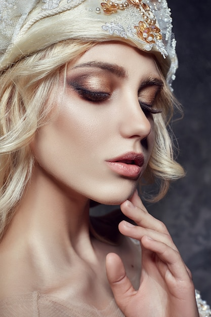 Arte moda chica rubia pestañas largas piel clara Foto Premium
