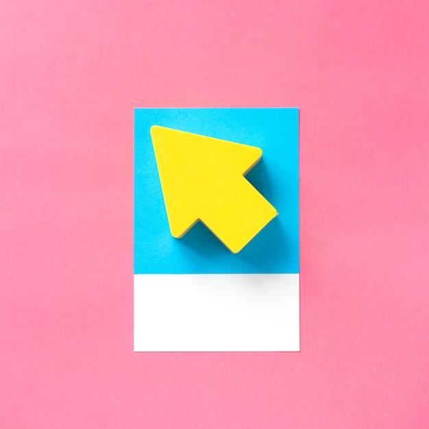 Arte de papel artesanal de una flecha amarilla. Foto gratis