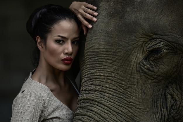 Arte De Retrato De Mujeres Hermosas Y Elefantes En La Naturaleza